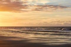 Mooie mening van zeekust tijdens zonsondergang royalty-vrije stock afbeelding