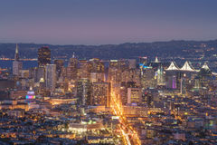 Mooie Mening van Zonsondergang in San Francisco van Tweelingpieken en LG stock afbeeldingen