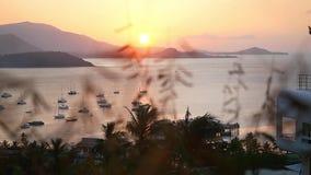Mooie mening vanaf bovenkant van de bergzonsondergang op baai met boten door het gras Langzame Motie 1920x1080 stock videobeelden