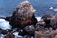 Mooie Mening Water het bespatten op rotsen Kamen Bryag, Bulgarije royalty-vrije stock fotografie