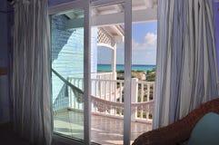 Mooie meningen van de Caraïbische Zee van de huisvensters stock afbeelding
