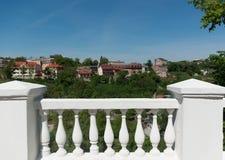 Mooie meningen van de stad Wit marmeren traliewerk Stock Foto