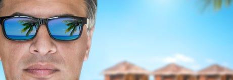 Mooie mens in de zonnebril Stock Foto