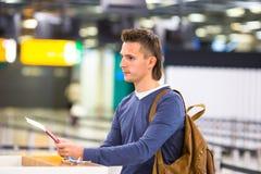 Mooie mens met paspoorten en instapkaarten stock fotografie