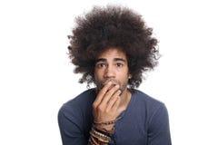 Mooie mens voor een witte achtergrond die uitdrukkingen doen Stock Foto