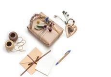 Mooie met de hand gemaakte giftdoos (pakket) met bloemen, envelop op witte achtergrond Stock Foto