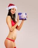 Mooie Mevr. Claus in rode bikini Royalty-vrije Stock Foto's