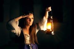 Mooie Middeleeuwse Prinses Holding Lantern Looking buiten royalty-vrije stock afbeelding
