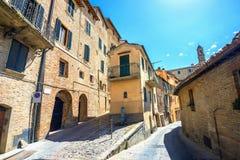 Mooie middeleeuwse straat met oude huizen in Montepulciano Tusc Stock Afbeelding