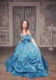 Mooie middeleeuwse vrouw in blauwe kleding stock afbeeldingen