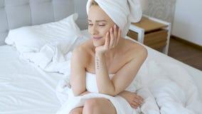 Mooie midden oude die blondevrouw in handdoek witte handdoek wordt verpakt stock video