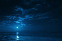 Mooie Middernacht Oceaanmening met Moonrise en Kalme Golven royalty-vrije stock fotografie