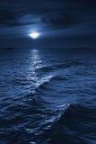 Mooie Middernacht Oceaanmening met Moonrise en Kalme Golven royalty-vrije stock foto's