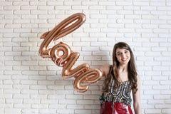 Mooie millennial vrouwelijke mannequin in modieuze kleren die voor 14 februari-de fotospruit van de valentijnskaartendag stellen  Royalty-vrije Stock Foto's