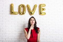 Mooie millennial vrouwelijke mannequin in modieuze kleren die voor 14 februari-de fotospruit van de valentijnskaartendag stellen  Stock Fotografie