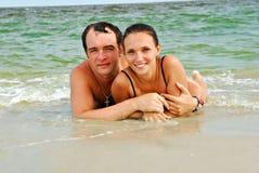 Mooie minnaars op het strand Stock Foto