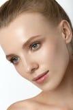 Mooie modeldame met natuurlijke samenstelling en blondehaarstudio Royalty-vrije Stock Fotografie