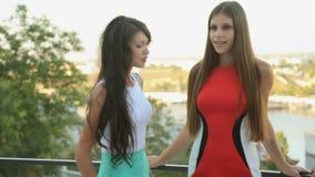 Mooie modellen die op de veranda van van stellen stock video