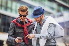 Mooie modellen die in openlucht telefoon, de manier van de stadsstijl met behulp van royalty-vrije stock afbeelding