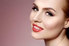 Mooie modelvrouw in de make-up Jong modern meisje i van de schoonheidssalon stock foto's