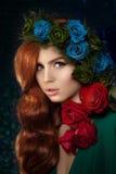 Mooie modelvrouw met blauw, groen en redrose bloem in hai royalty-vrije stock foto
