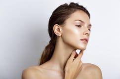 Mooie modelvrouw met natuurlijke samenstelling en donkerbruine haarstu Royalty-vrije Stock Afbeeldingen