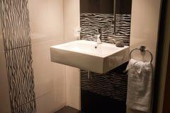 Ronde gootsteen in een moderne badkamers stock afbeeldingen afbeelding 29201544 - Een mooie badkamer ...