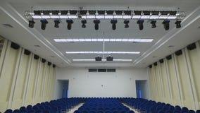 Mooie, moderne concertzaal die een groot aantal toeschouwers kan aanpassen In de zaal op het heel wat plafond stock video