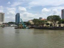 Mooie moderne en historische gebouwen door de rivier van Singapore Stock Afbeeldingen