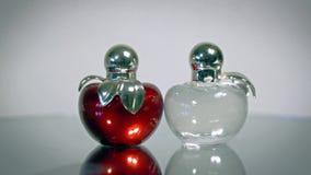 Mooie moderne glasflessen voor het parfum van vrouwen stock video