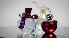 Mooie moderne glasflessen voor het parfum van vrouwen stock footage