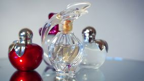 Mooie moderne glasflessen voor het parfum van vrouwen stock videobeelden