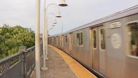 Mooie moderne grote metro van de staalmetro ondergrondse trein die de buurtpost van de binnenstad op spoorweg op bewolkte dag ver stock videobeelden