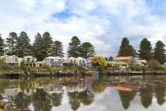 Mooie moderne huizen langs de Moyne-Rivier in Port Fairy in V stock afbeelding