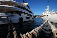 Mooie moderne schepen bij moorage Stock Afbeeldingen