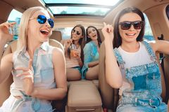 Mooie Modieuze Meisjes die Camera het Lachen bekijken royalty-vrije stock foto
