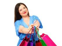 Mooie modieuze te zware vrouw met het winkelen zakken Stock Afbeelding