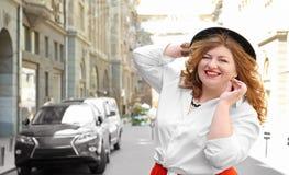 Mooie modieuze te zware vrouw met hoed Royalty-vrije Stock Fotografie