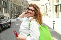 Mooie modieuze te zware vrouw met zak Royalty-vrije Stock Foto's