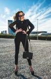 Mooie modieuze vrouw in de straat Stock Fotografie