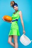 Mooie modieuze vrouw een ongebruikelijk kapsel in heldere kleren en kleurrijke toebehoren Cubaanse stijl Stock Foto's