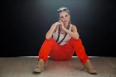 Mooie modieuze vrouw met overall van het vlechten de dansende werk stock foto's