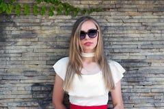 Mooie modieuze vrouw in zonnebril Royalty-vrije Stock Fotografie