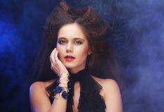 Mooie modieuze vrouw in zwarte kleding royalty-vrije stock fotografie