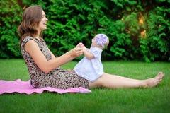 Mooie Moeder en Baby in openlucht nave royalty-vrije stock afbeelding