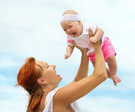 Mooie Moeder en Baby in openlucht nave Schoonheid Mum en haar C Stock Fotografie