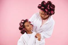 Mooie moeder en dochter in badjassen stock foto