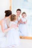 Mooie moeder en dochter bij een spiegel Royalty-vrije Stock Afbeeldingen