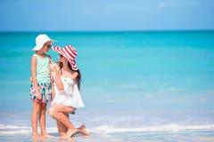 Mooie moeder en dochter die bij Caraïbisch strand de zomer van vakantie genieten Familie die op tropische beroemde heel baai lope stock afbeeldingen