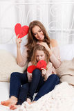 Mooie moeder en dochter die groetkaarten maken royalty-vrije stock afbeeldingen